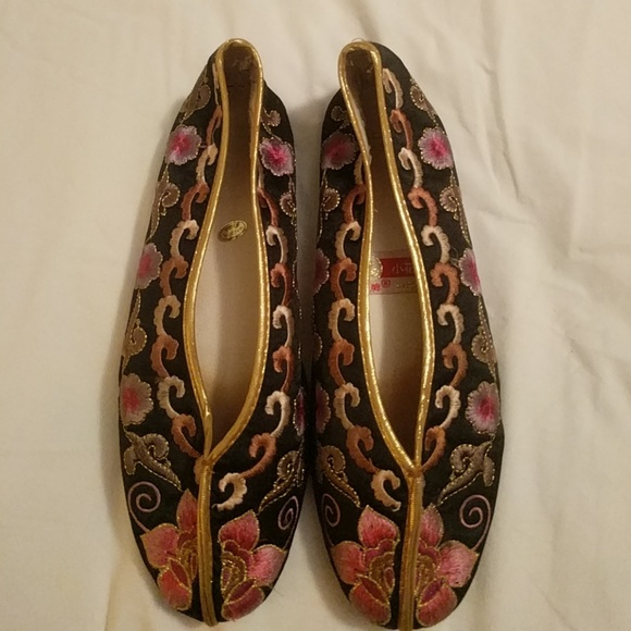 32774407664f8 Black, pink and gold embroidered Asian style flats